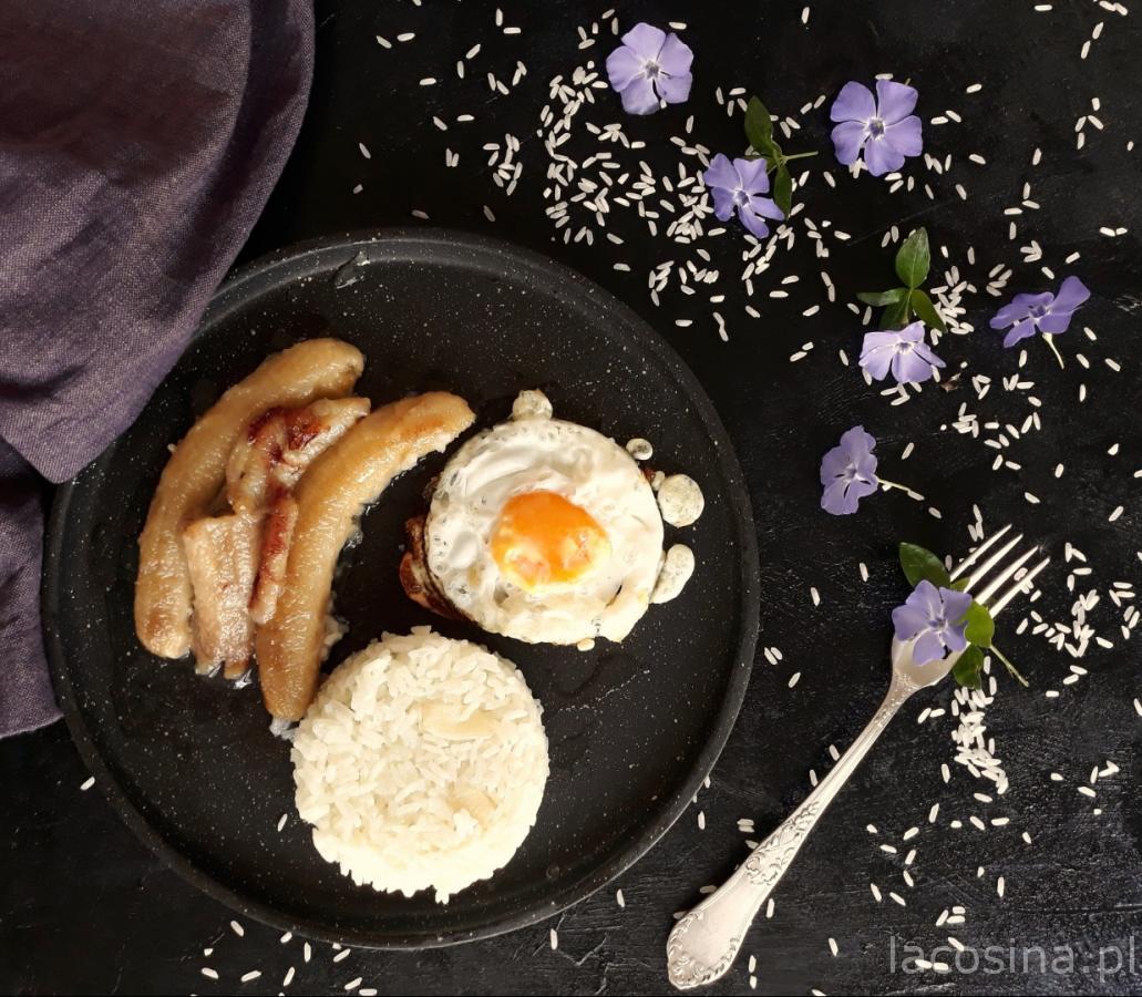 Smażony banan z ryżem i z jajkiem sadzonym