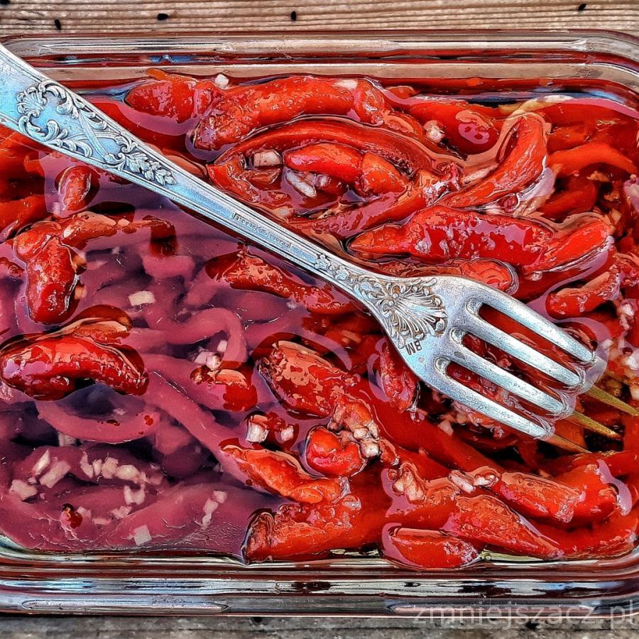 Pieczona papryka marynowana w oliwie z czosnkiem