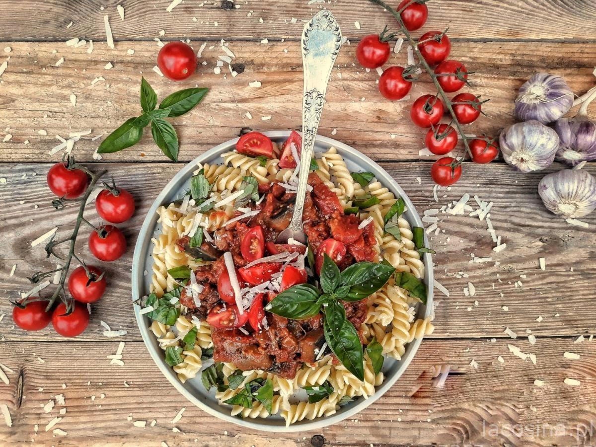 Makaron z bakłażanem w pomidorowym sosie