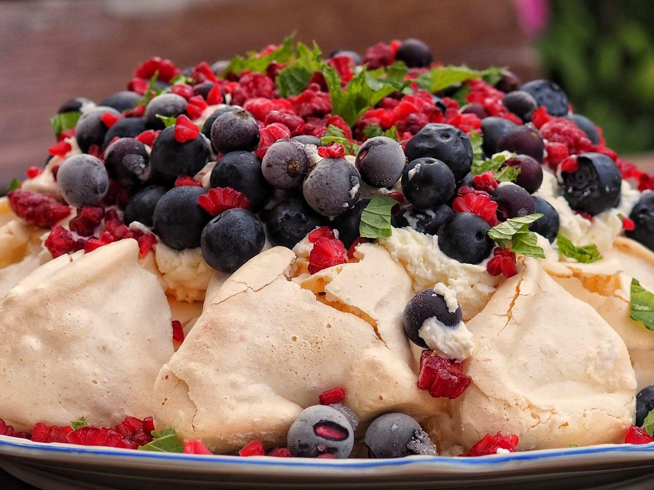 Pavlova – bezowy kopiec z mascarpone i owocami