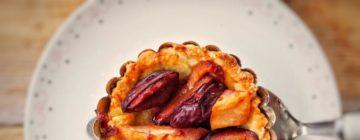 Wytrawna tarta z gruszką, pleśniowym serem i orzechami