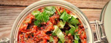 Krem z pieczonych pomidorów z karmelizowaną cebulą i czosnkiem