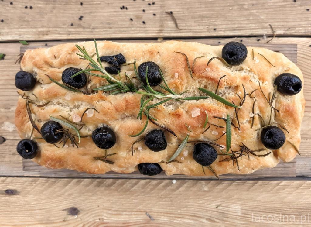 Foccacia – włoski chlebek z rozmarynem i czarnymi oliwkami