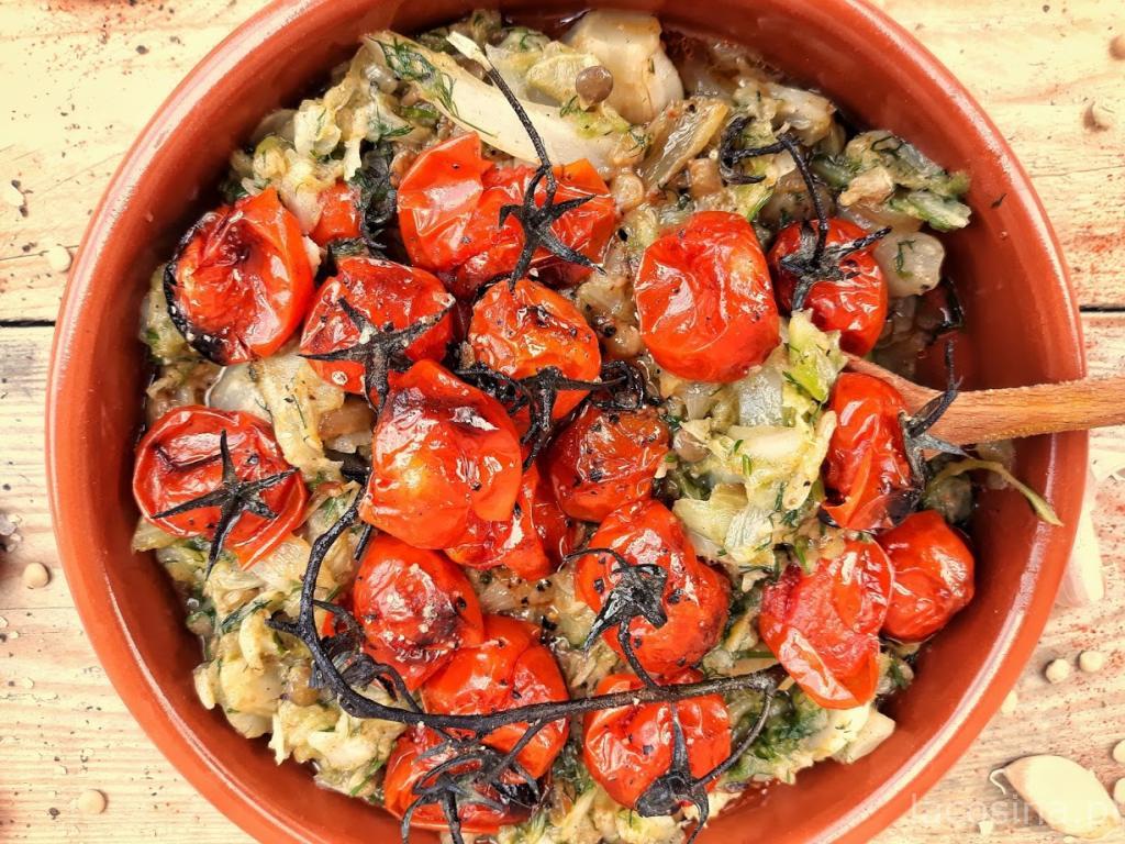 Kapusta z soczewicą i grillowanymi pomidorkami