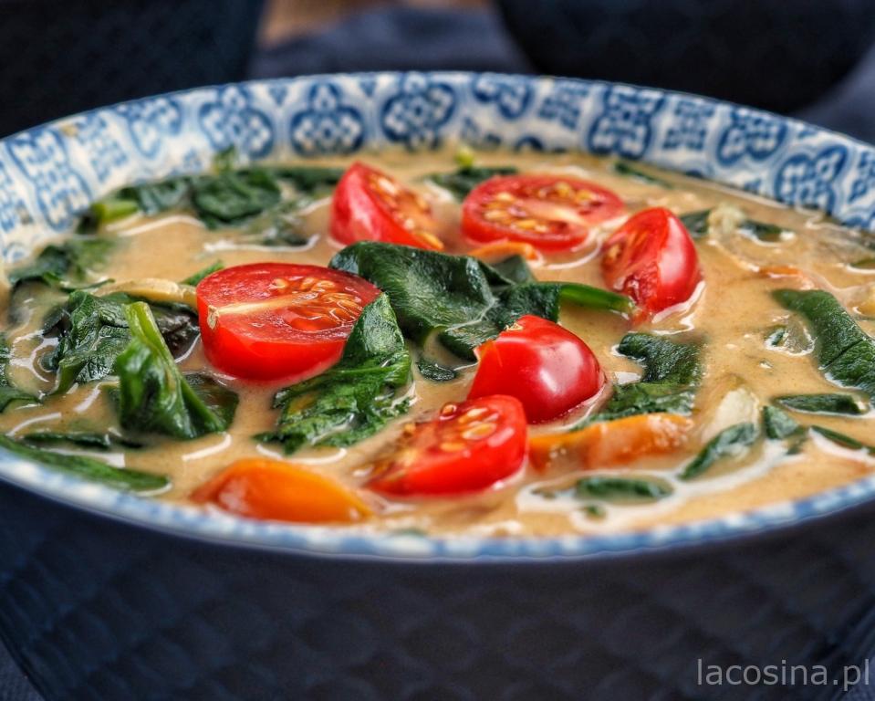 Kokosowe curry ze szpinakiem i pomidorami