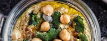 Marchwiane kotleciki z kaszą jaglaną, ciecierzycą z dodatkiem masła orzechowego